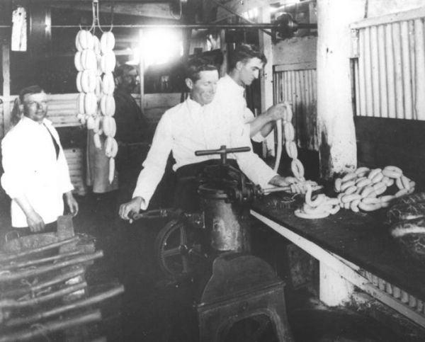 1925 03 Chapman Factory - making sausages