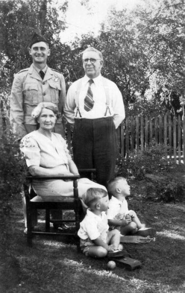 1942 17 Leslie St - Alan, Clem, Dot, John, David Shepherd